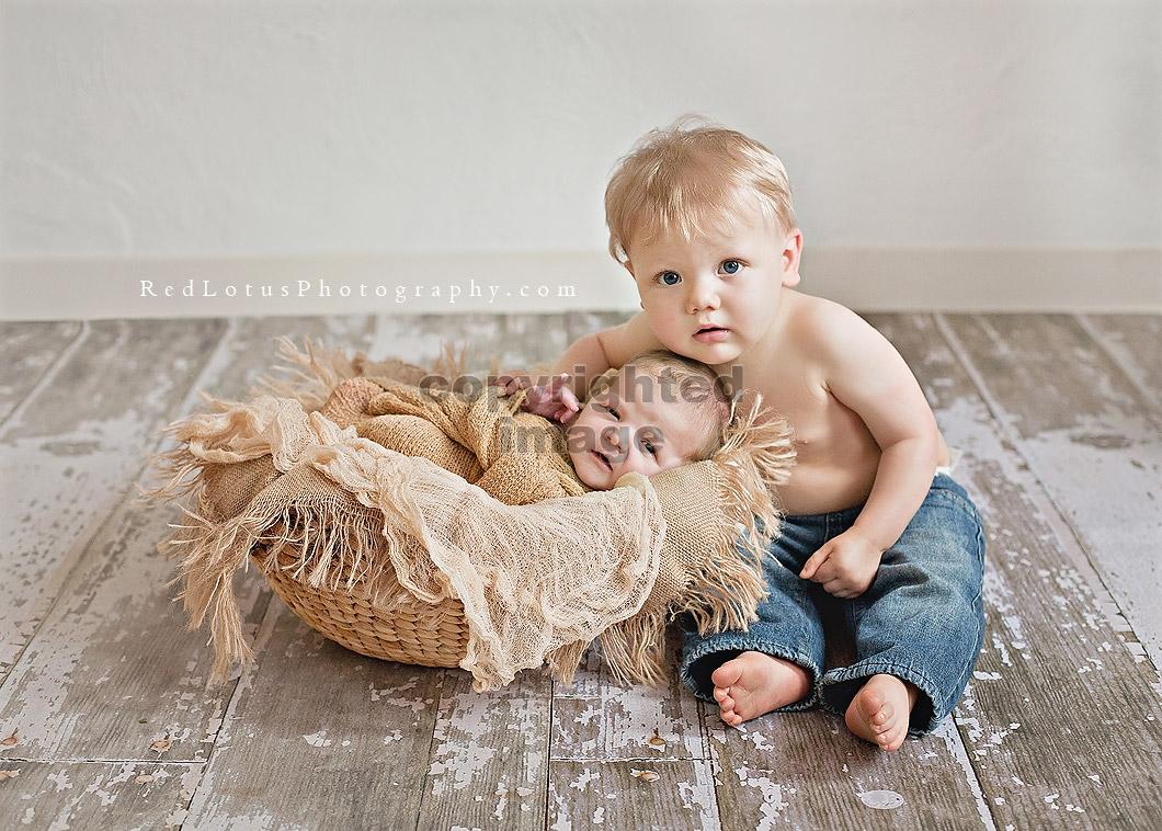 newborn photos siblings